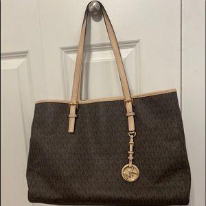 Barley used brown leather MICHAEL KORS hand bag.